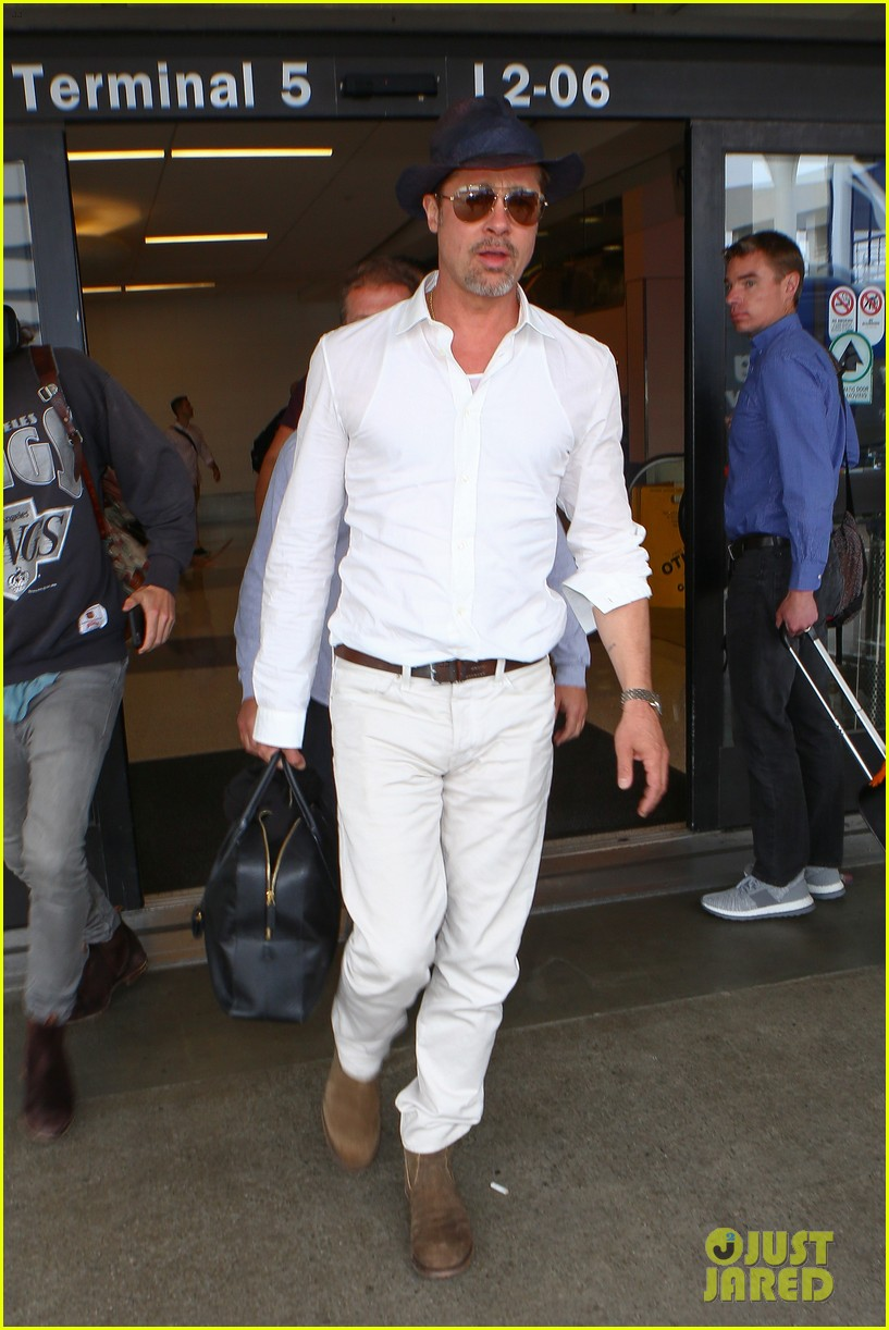 brad pitt wears all white for his lax arrival 113678057