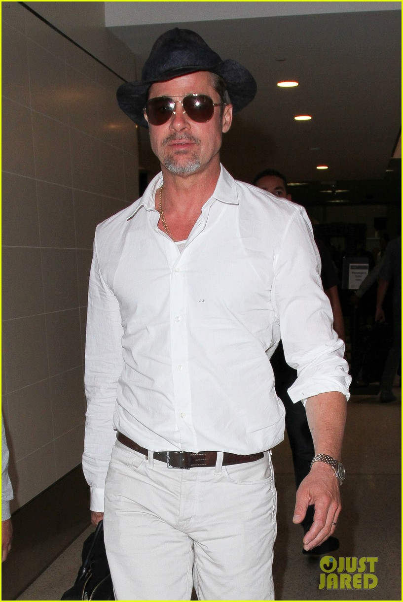 brad pitt wears all white for his lax arrival 123678058