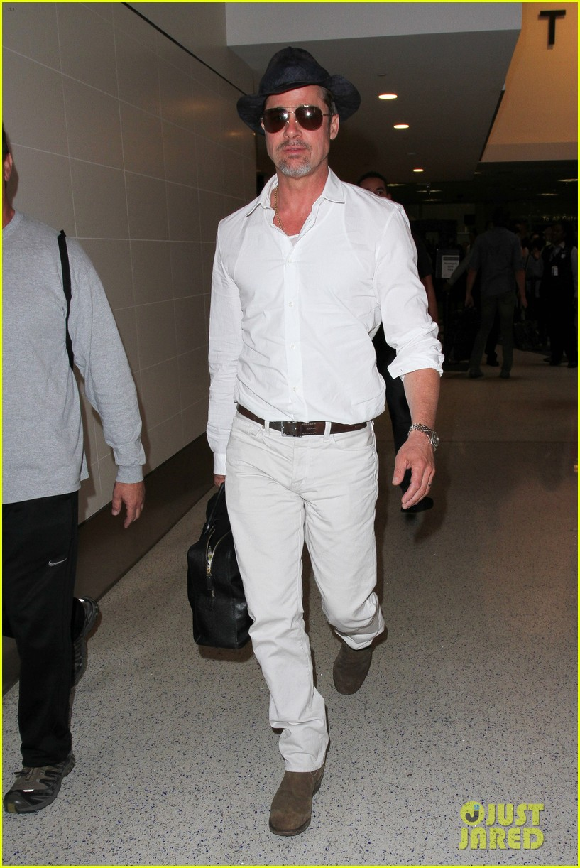 brad pitt wears all white for his lax arrival 133678059