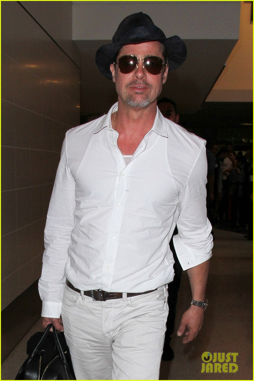brad pitt wears all white for his lax arrival 143678060