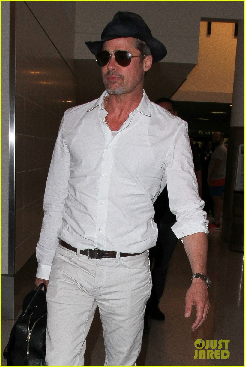 brad pitt wears all white for his lax arrival 163678062
