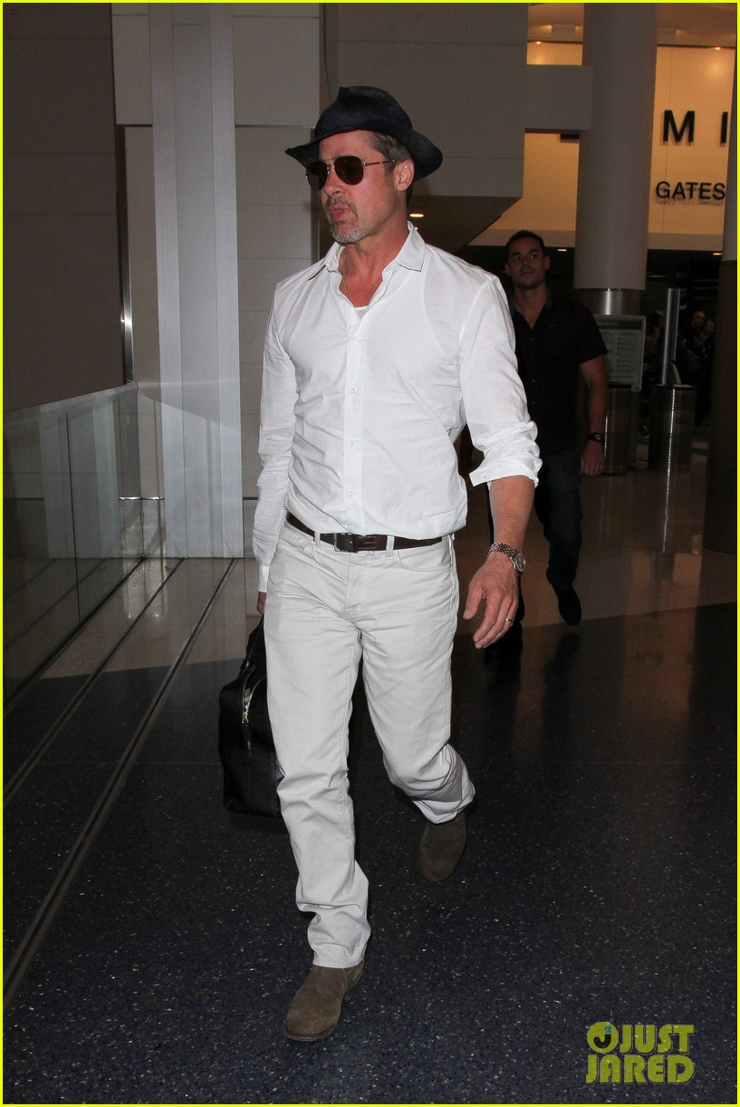 brad pitt wears all white for his lax arrival 193678065