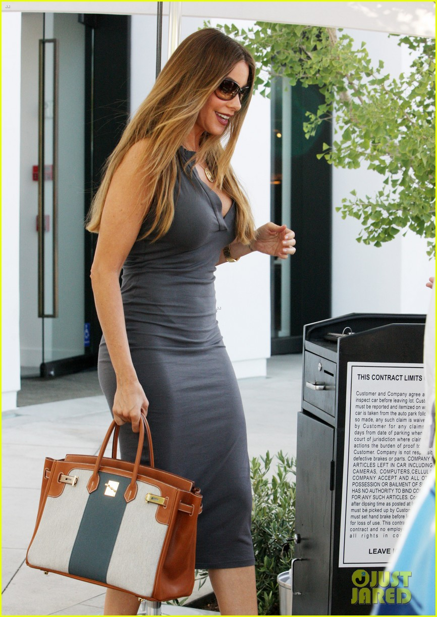 Sofia Vergara Shows Off Killer Curves While Furniture Shopping Sofia Vergara Furniture77