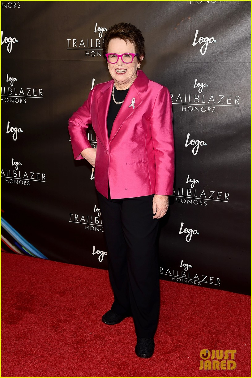 emma stone presents to billie jean king at logo trailblazer honors 053690365