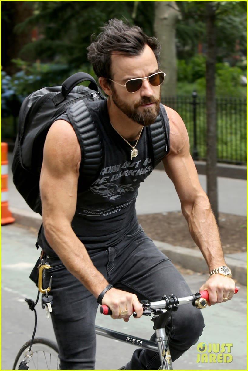 59b76fe22c Justin Theroux Continues Baring Muscles in Sleeveless Tank!  Photo ...