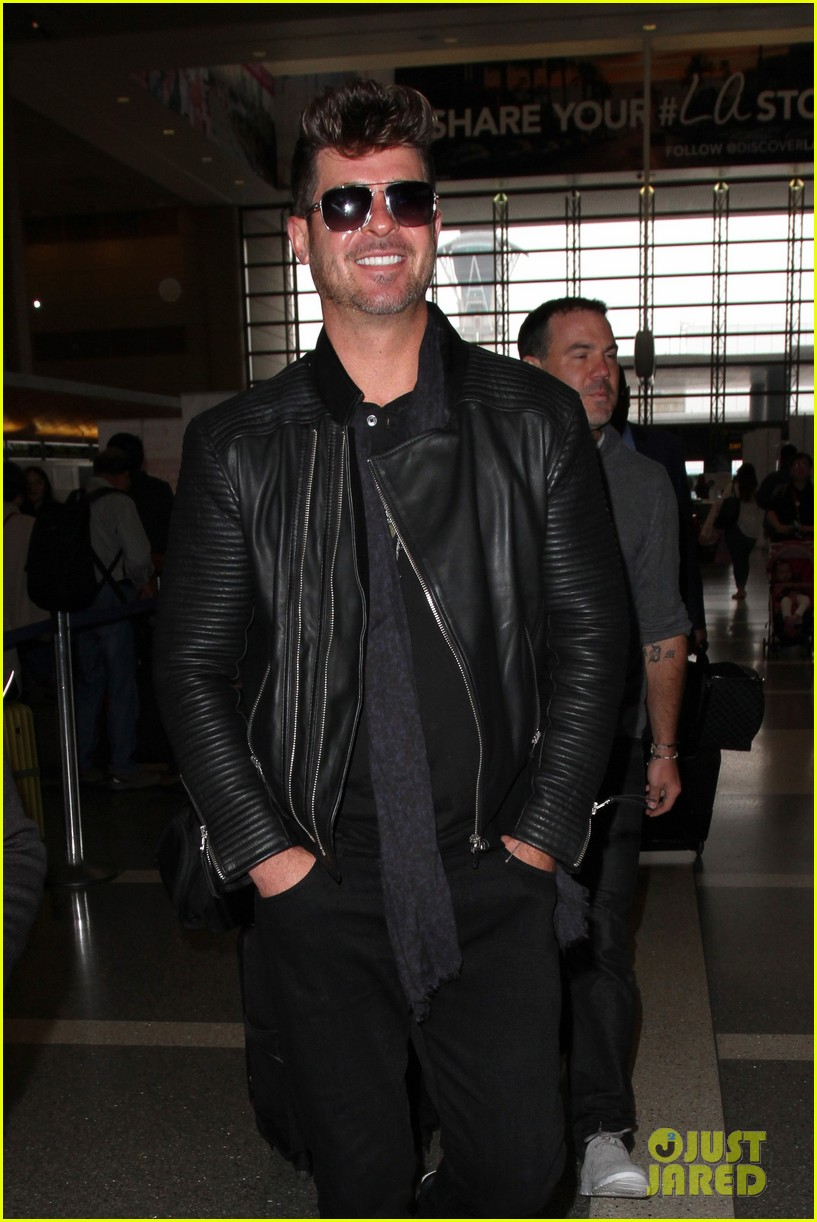 robin thicke solo smiles lax airport 013682883