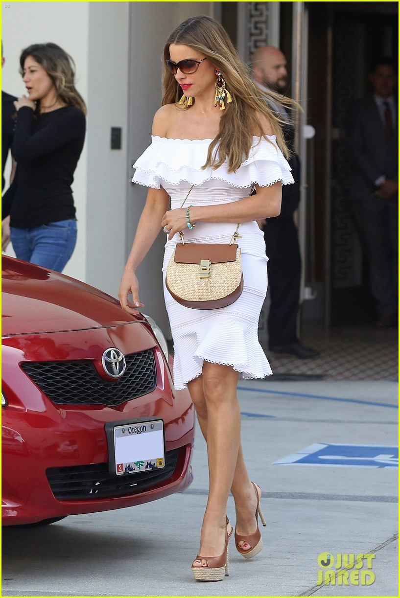 sofia vergara shops in beverly hills 103677612