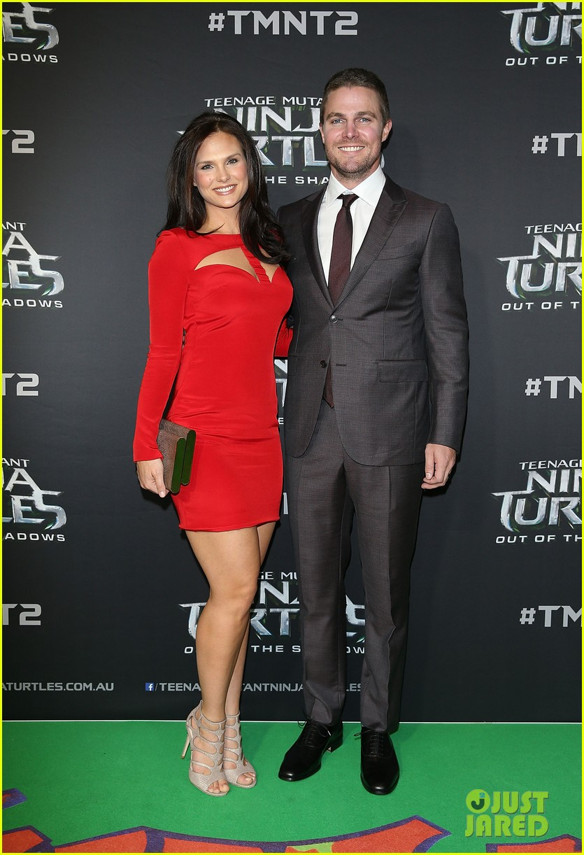Stephen Amell Fires Back at Fan Saying His Marriage is ...