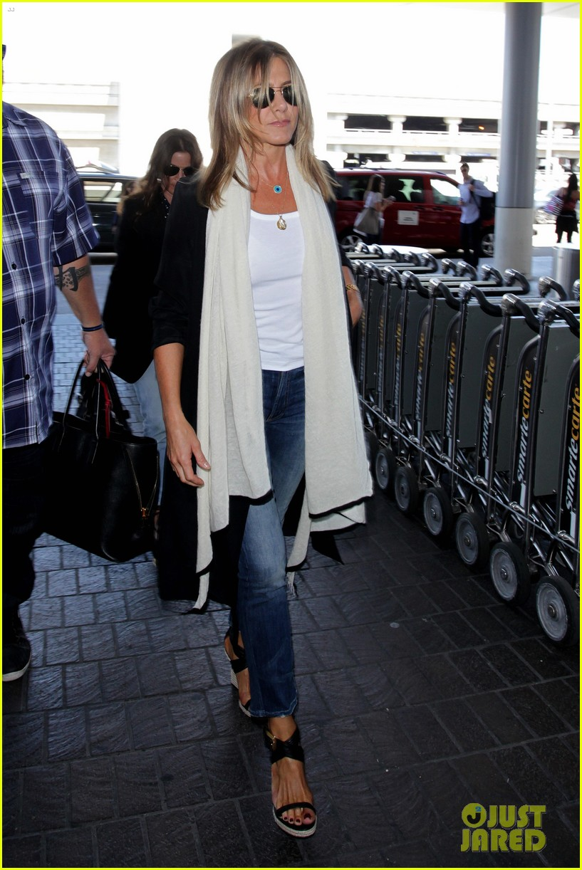 jennifer aniston steps out smiling after releasing her essay 053711749