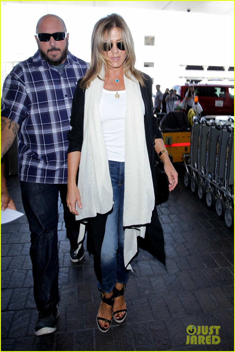 jennifer aniston steps out smiling after releasing her essay 063711750