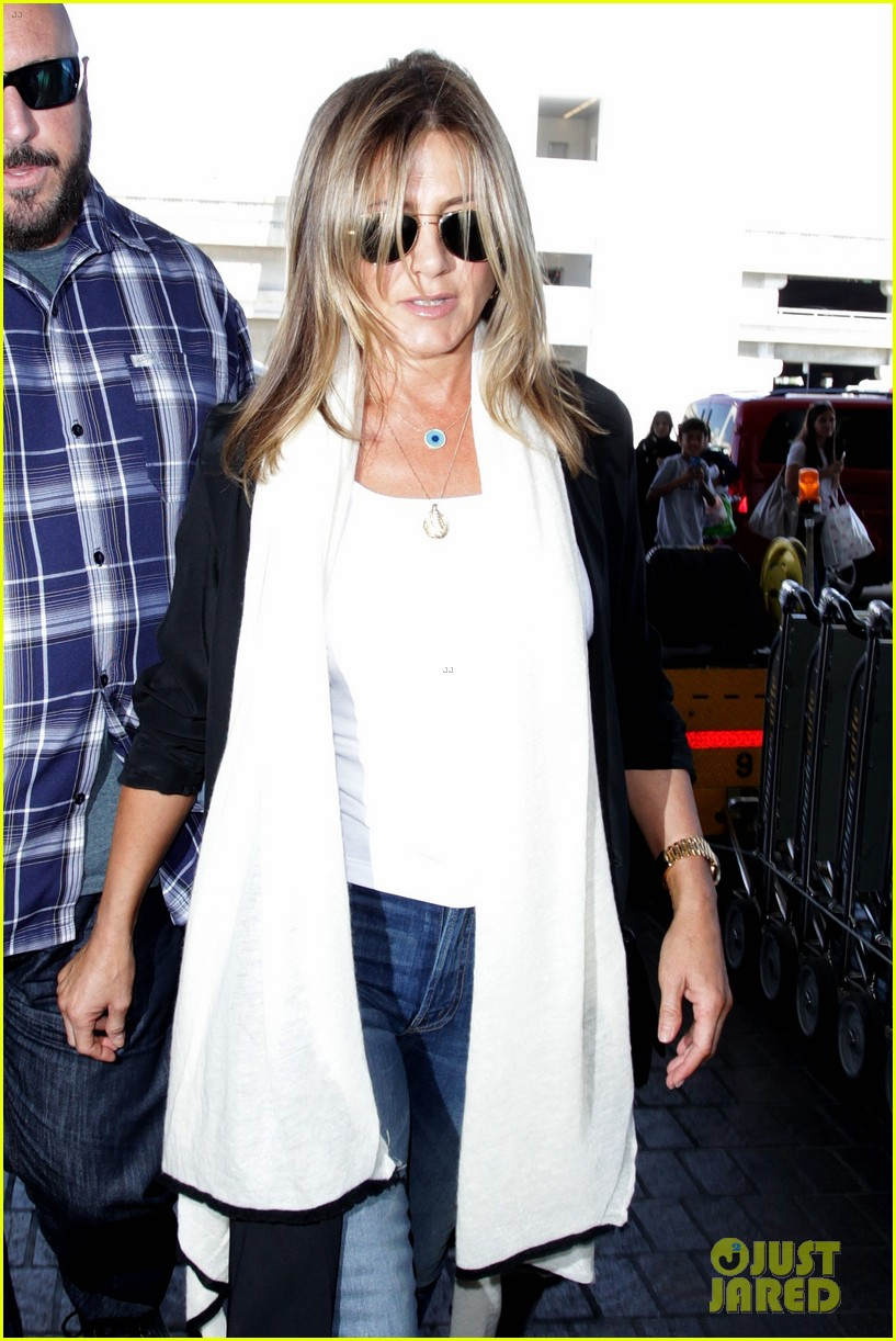 jennifer aniston steps out smiling after releasing her essay 093711753