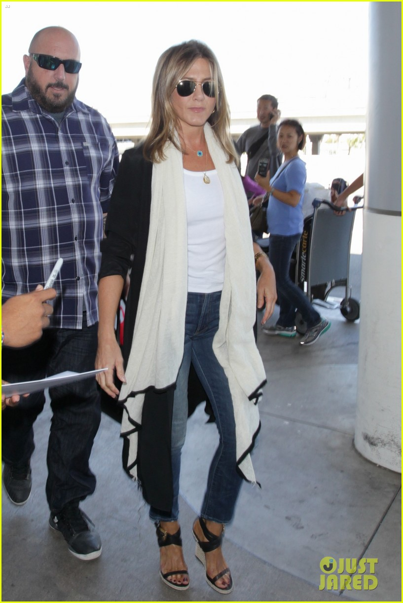 jennifer aniston steps out smiling after releasing her essay 143711758