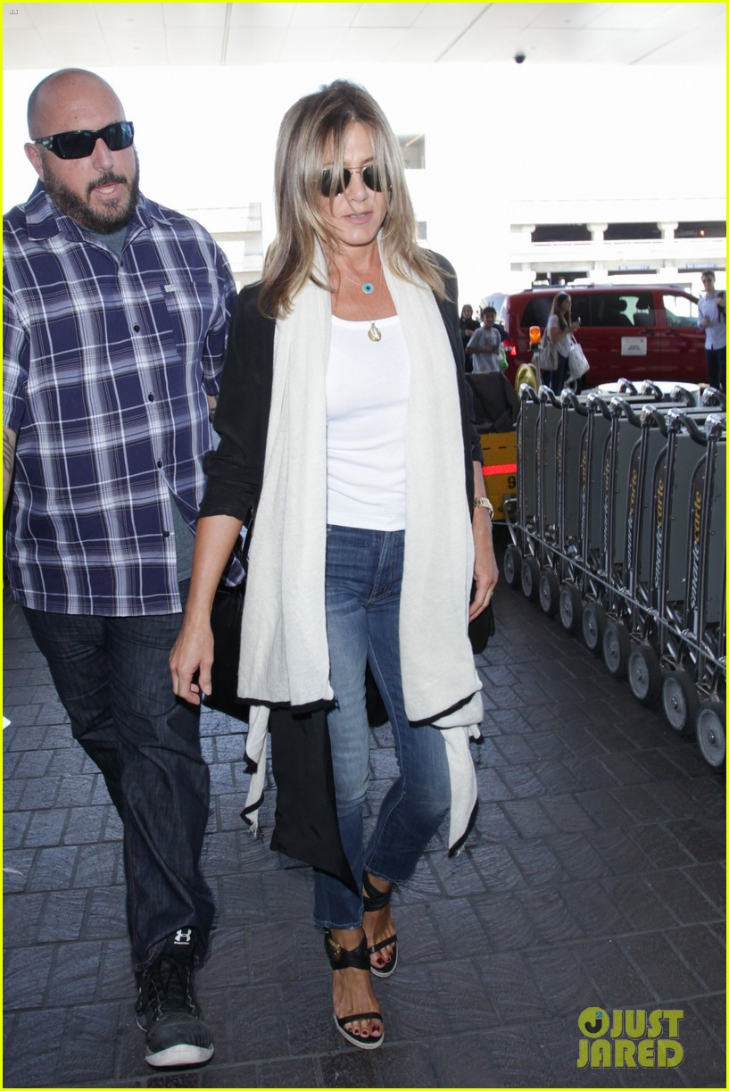 jennifer aniston steps out smiling after releasing her essay 203711764