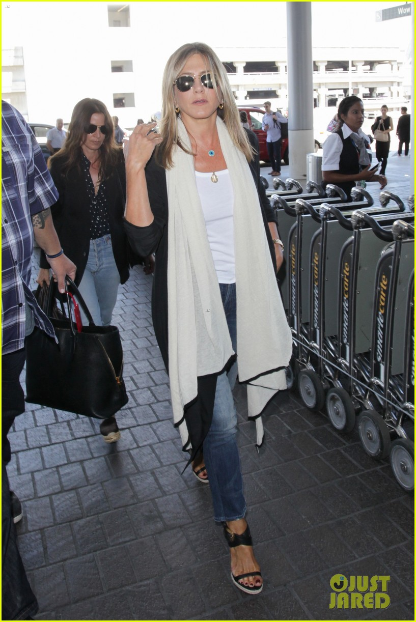 jennifer aniston steps out smiling after releasing her essay 213711765