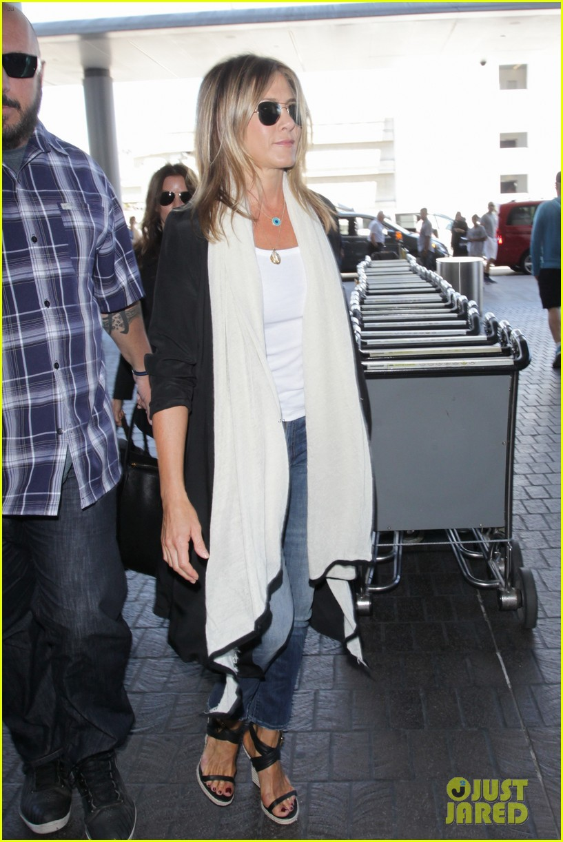 jennifer aniston steps out smiling after releasing her essay 243711768