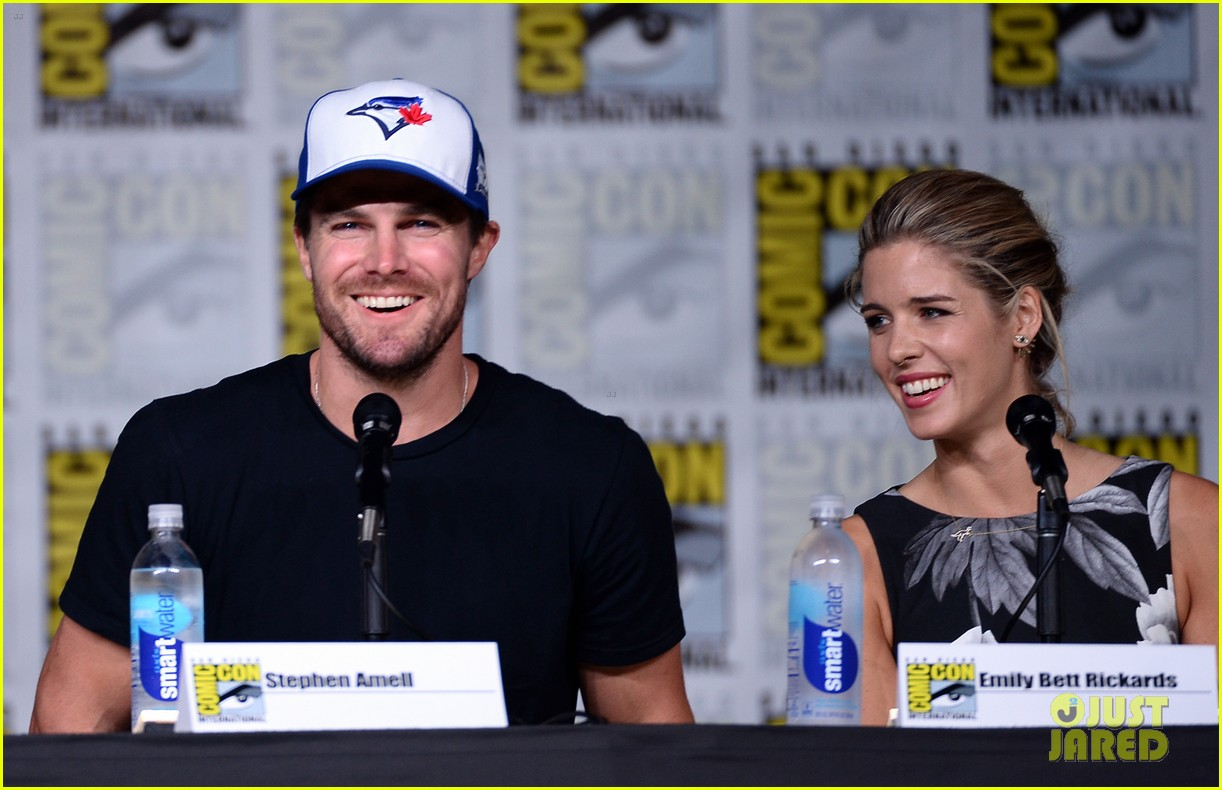 stephen amell emily bett rickards arrow panel comic con 023715858