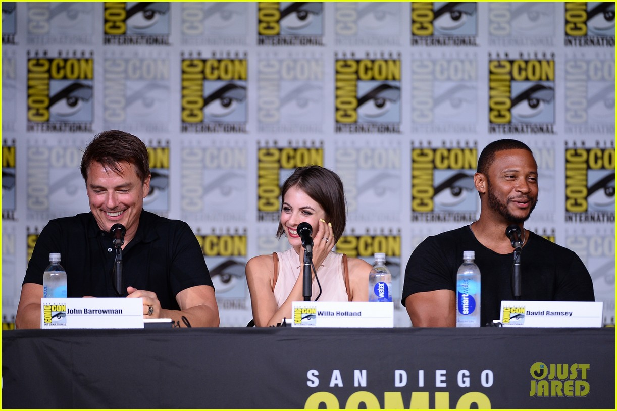 stephen amell emily bett rickards arrow panel comic con 063715862