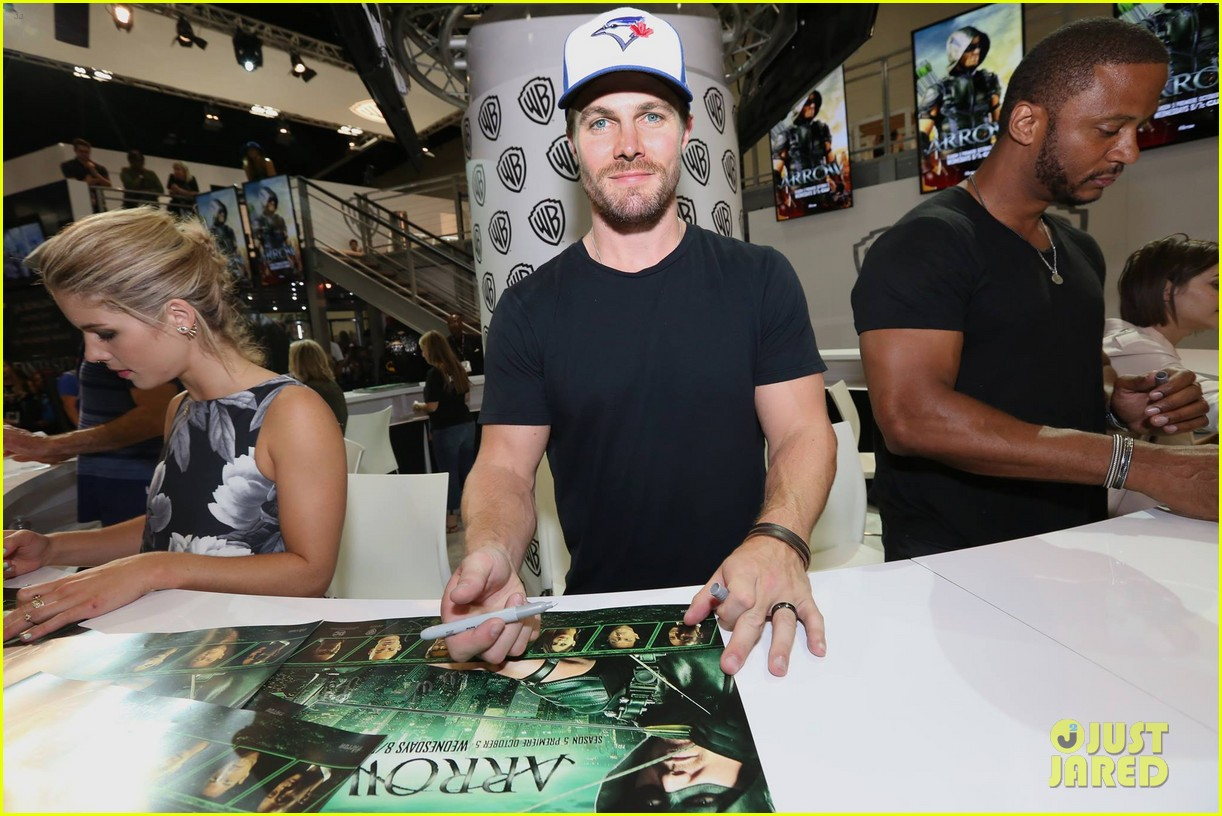 stephen amell emily bett rickards arrow panel comic con 103715866