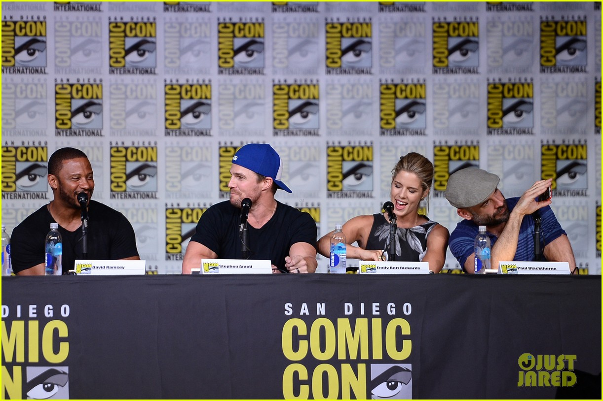 stephen amell emily bett rickards arrow panel comic con 283715884