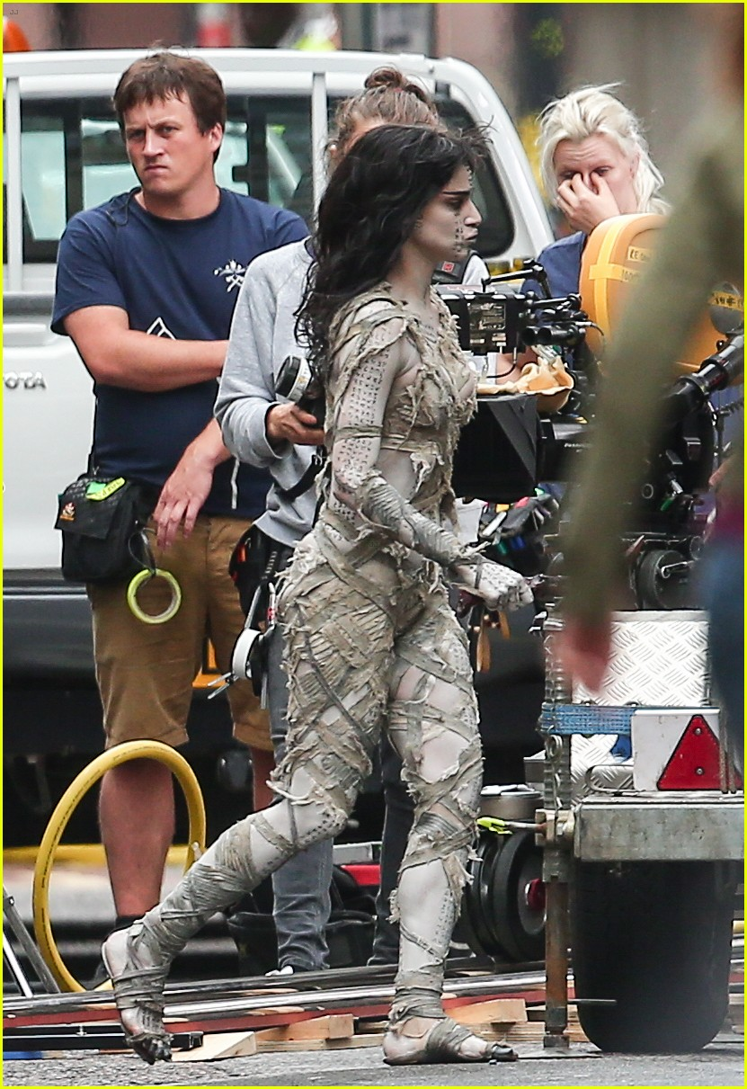 sofia boutella films the mummy in full costume makeup 013702684