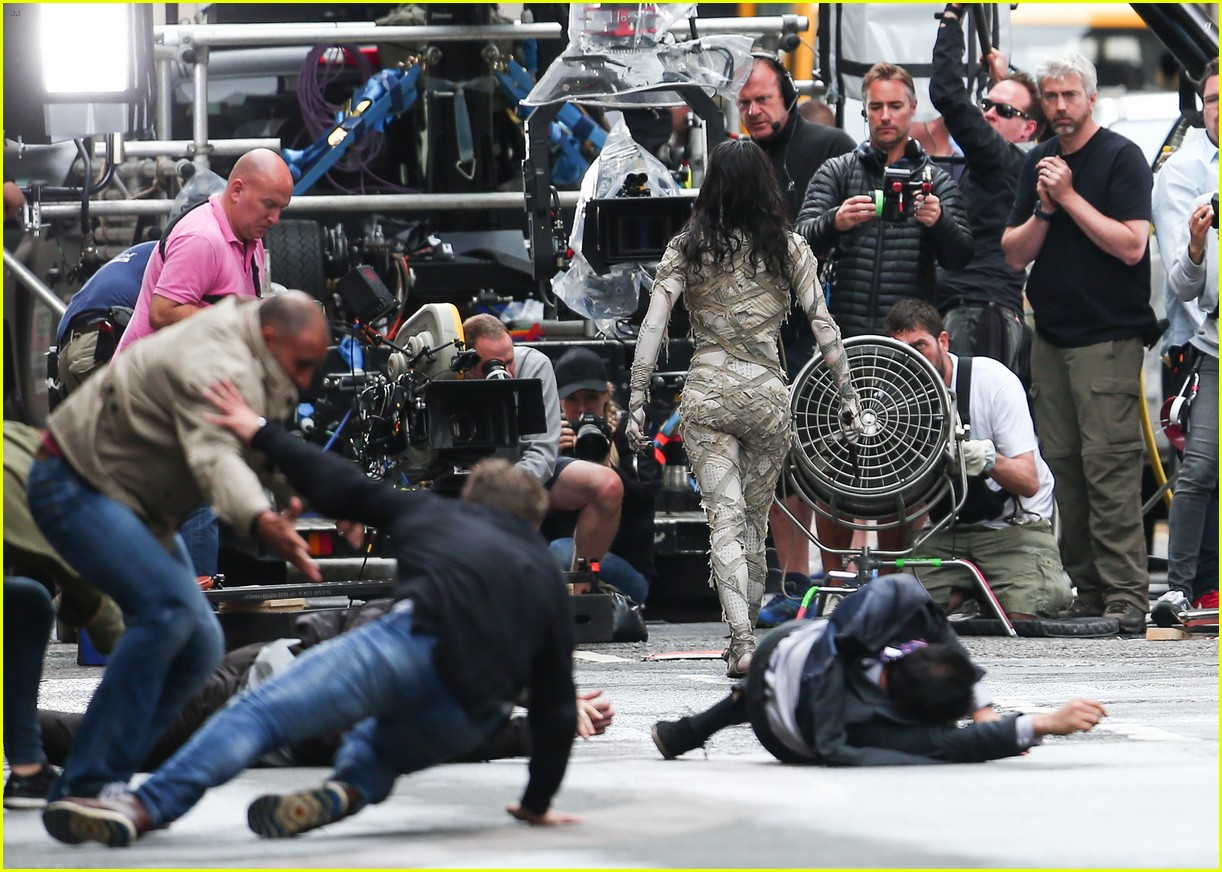 sofia boutella films the mummy in full costume makeup 033702686