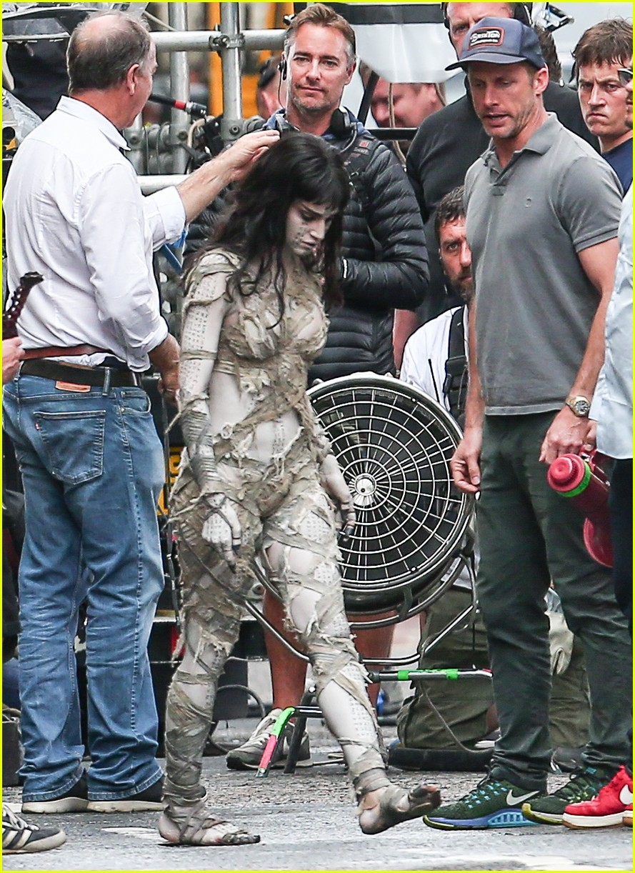 sofia boutella films the mummy in full costume makeup 01