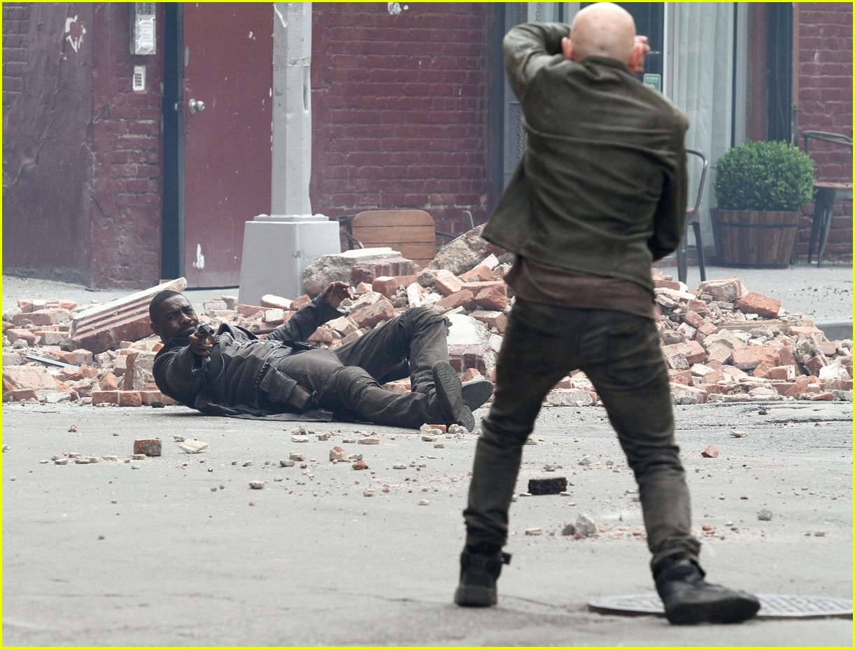 idris elba battles jackie earle haley on dark tower set 043703006