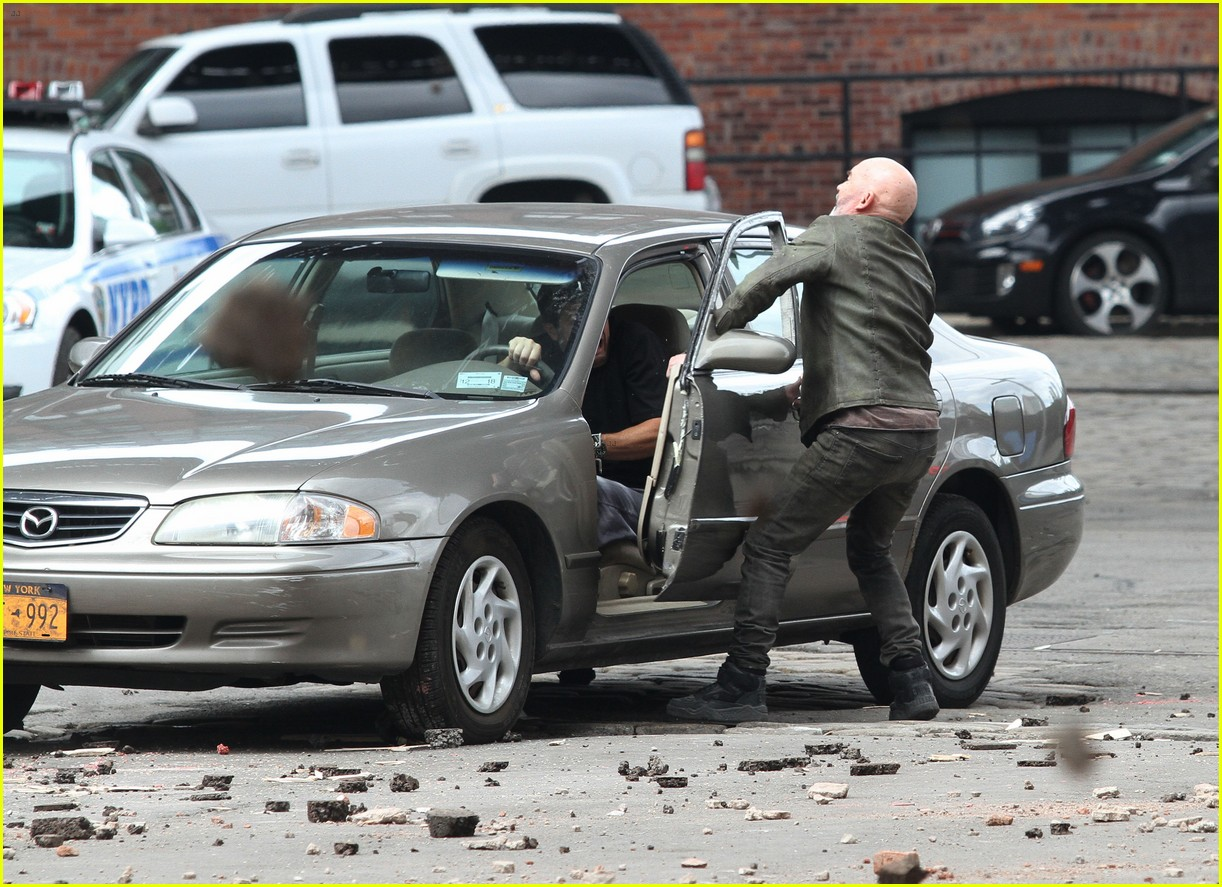 idris elba battles jackie earle haley on dark tower set 073703009