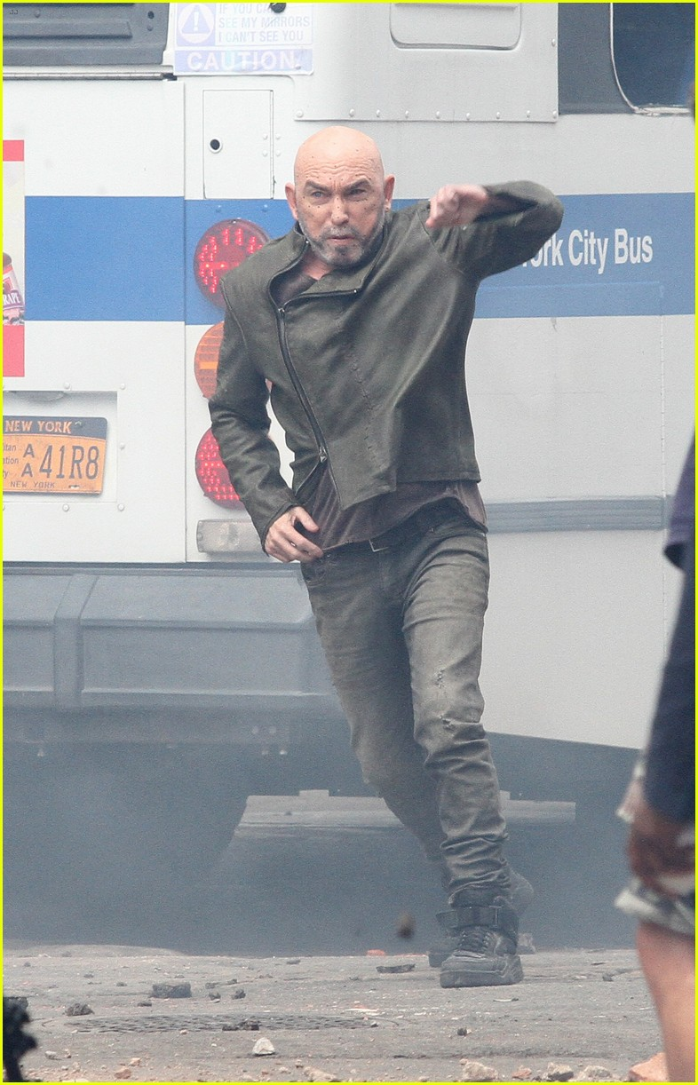 idris elba battles jackie earle haley on dark tower set 093703011
