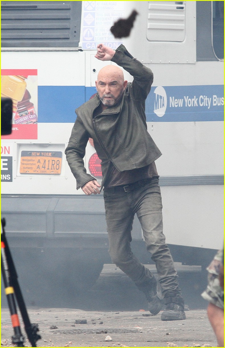 idris elba battles jackie earle haley on dark tower set 103703012