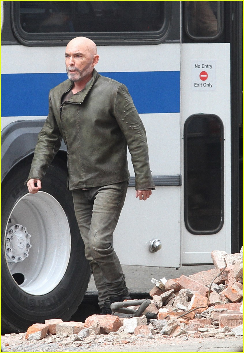 idris elba battles jackie earle haley on dark tower set 113703013