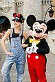 gwen stefani meets mickey mouse disney world 02