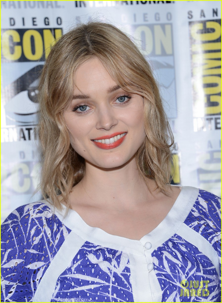 bella heathcote teases man in the high castle season 2 at comic con 173714139