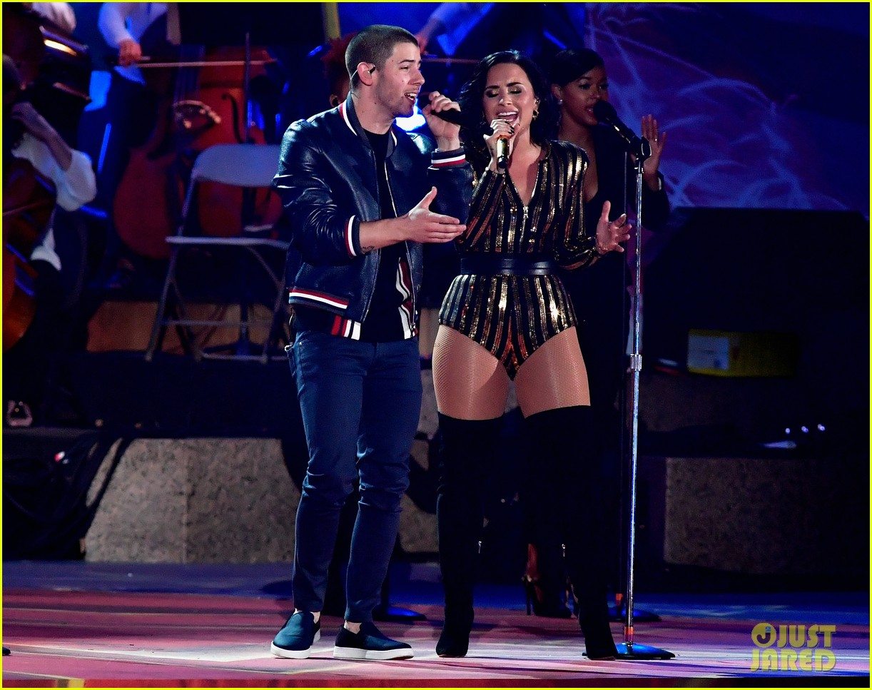 Nick Jonas Sings Close With Demi Lovato On July Th Video