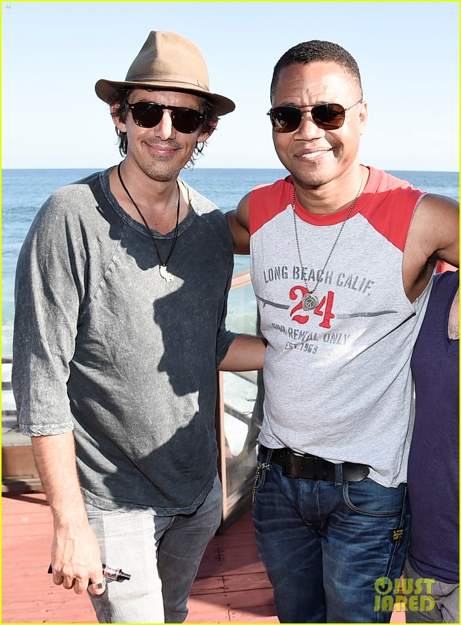 ryan phillippe kicks back at the beach over holiday weekend 043699024