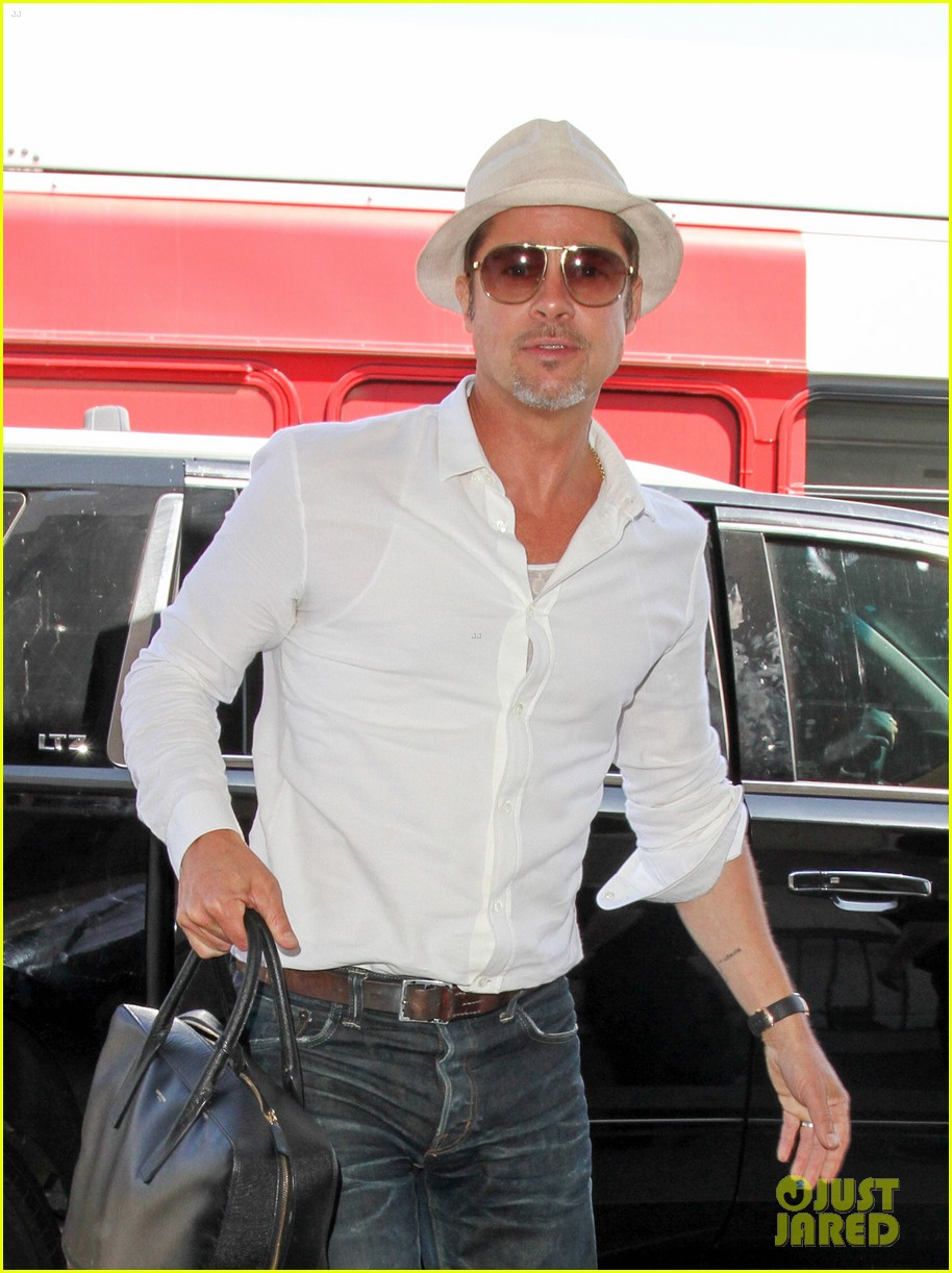brad pitt takes flight at lax 043710588