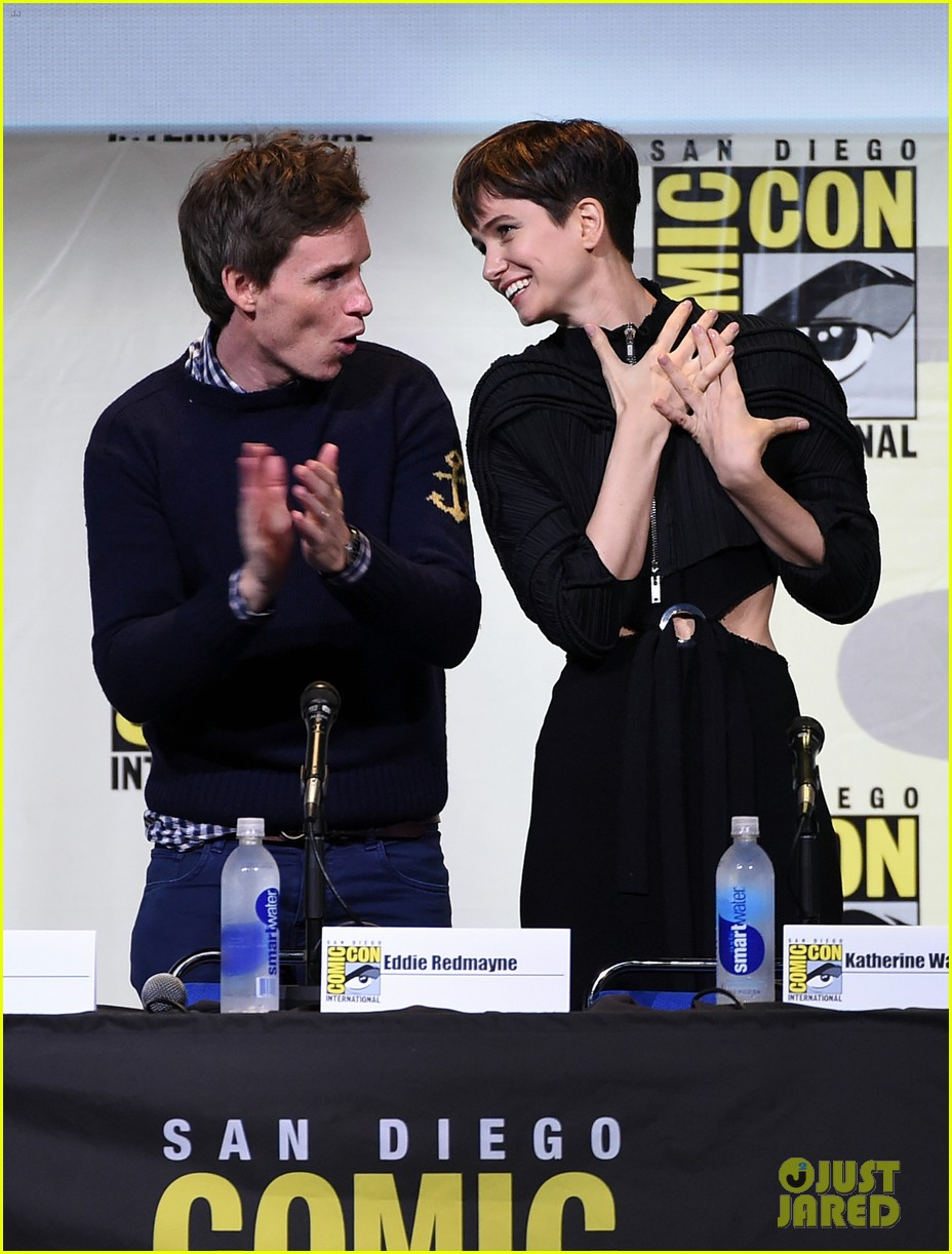 eddie redmayne hands out free wants at comic con 2016 053716082