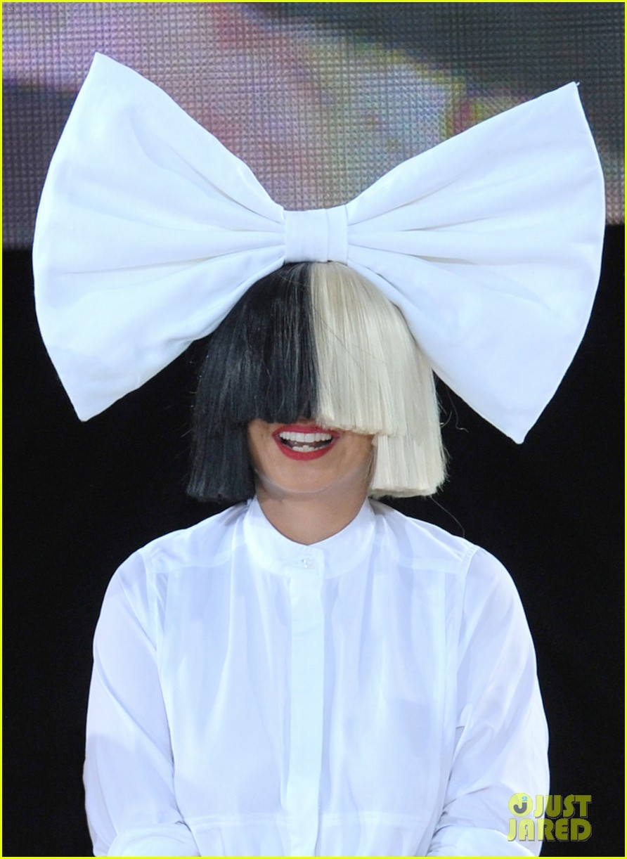 sia admits to crying in dressing room before gma performance 013714354