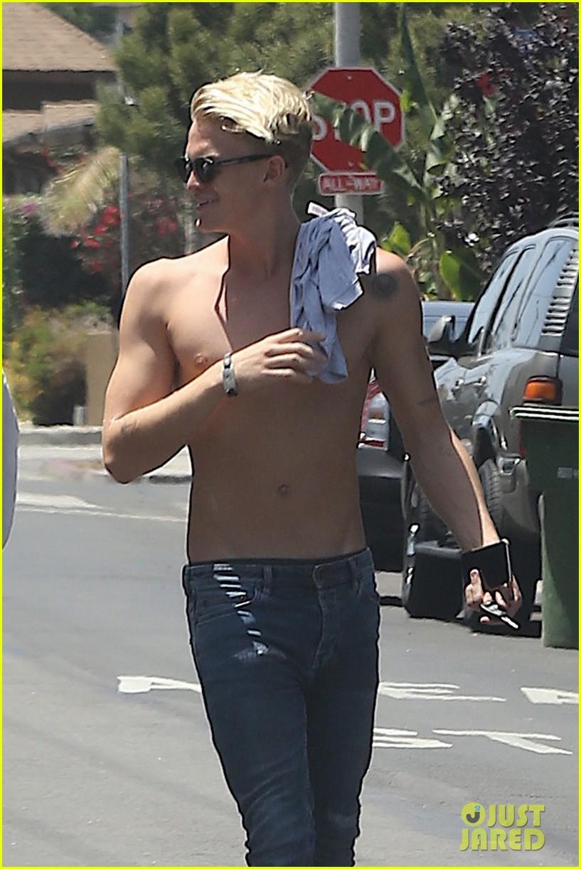 cody simpson shirtless sunday 013709614