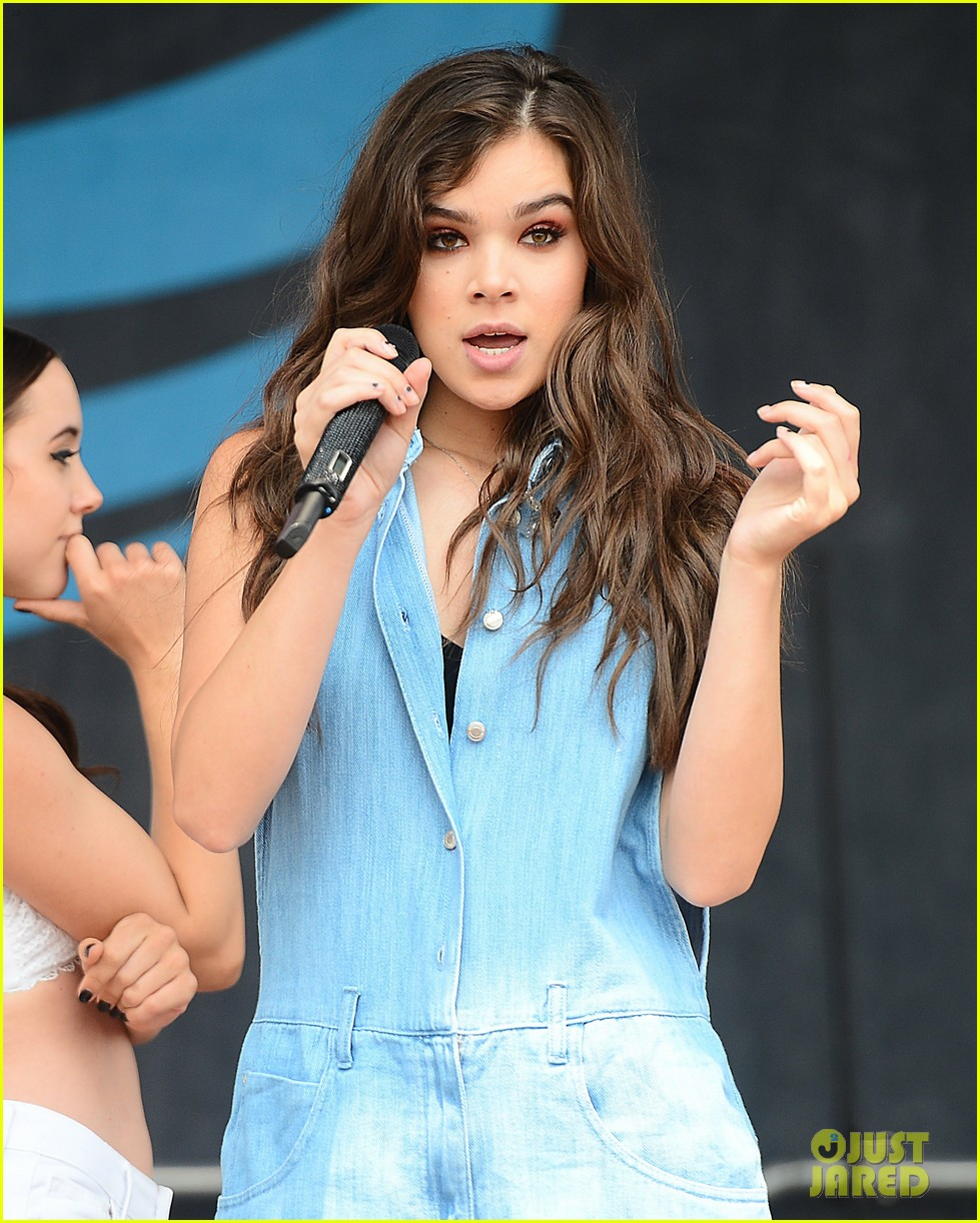hailee steinfeld shows off her new merch003083715274