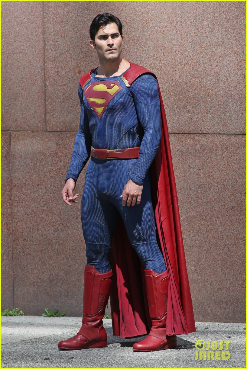 Tyler Hoechlin Films First Scenes as Superman For 'Supergirl': Photo ...
