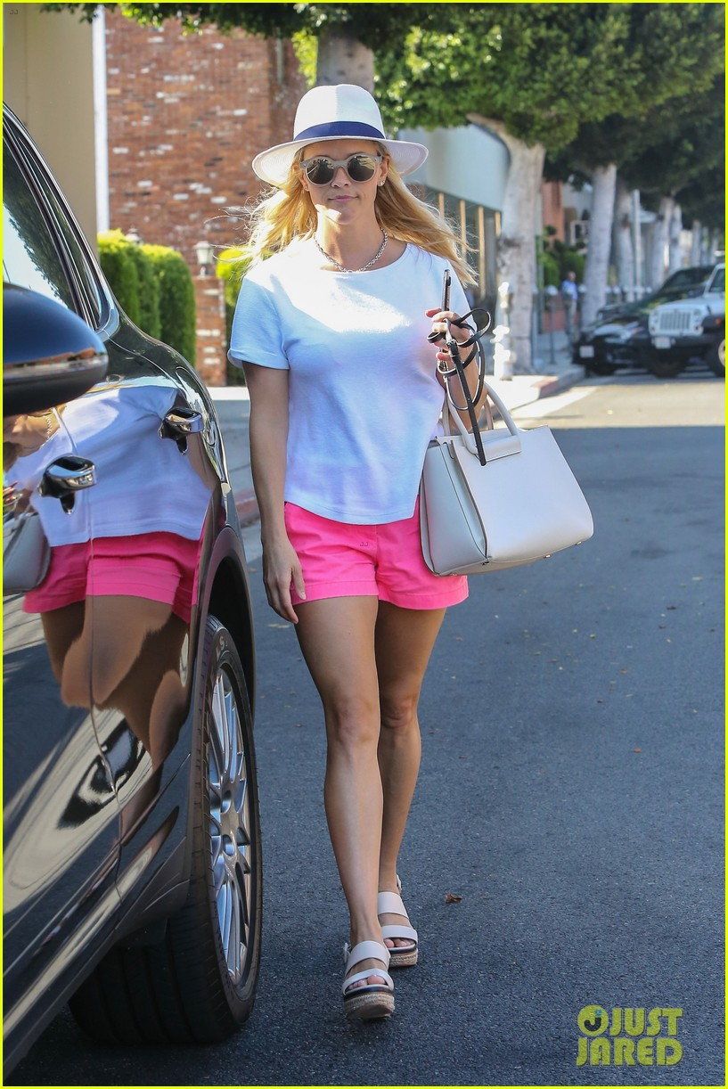 reese witherspoon tries on legally blonde costumes 113706113