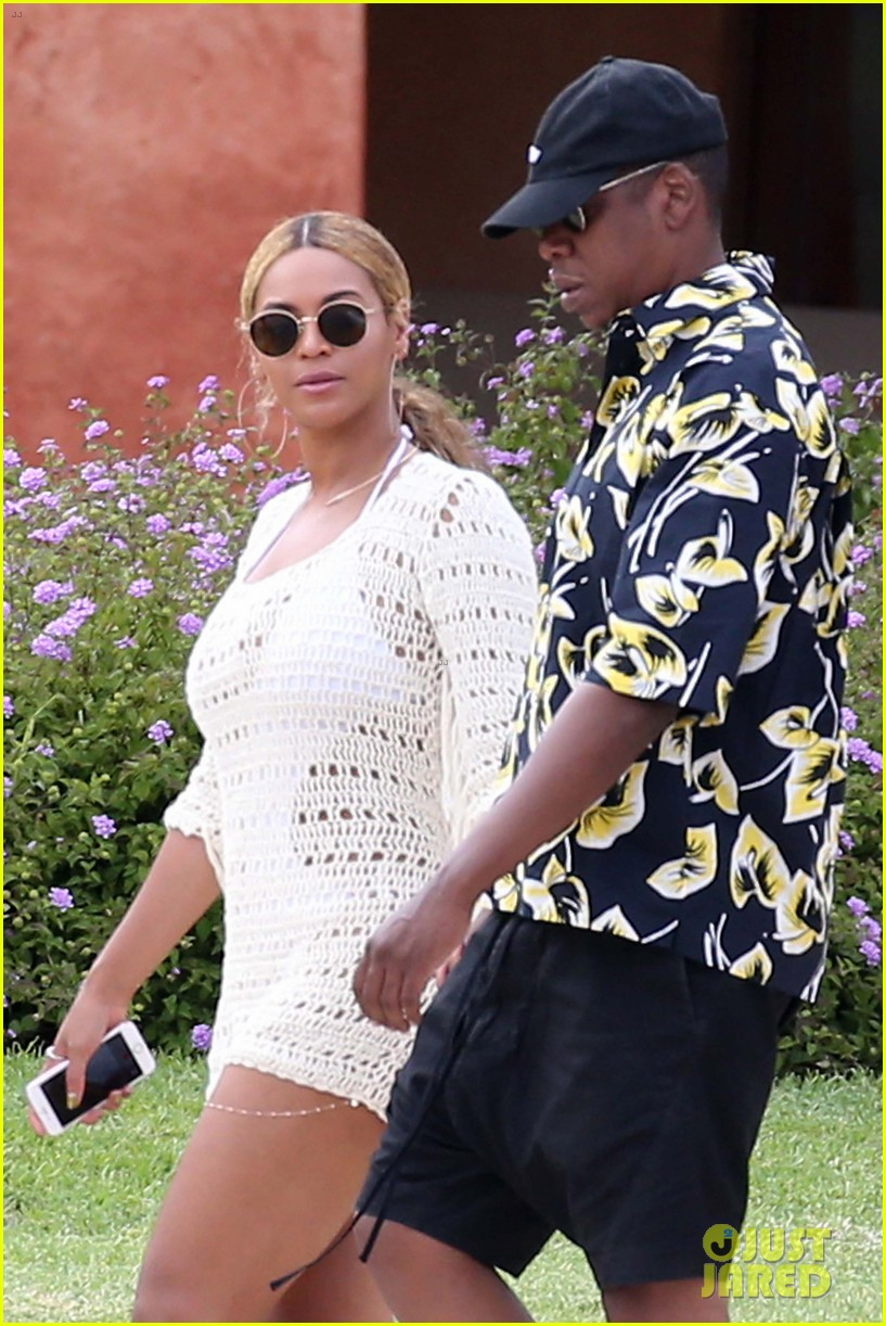 beyonce jay z hold hands boat italy 01
