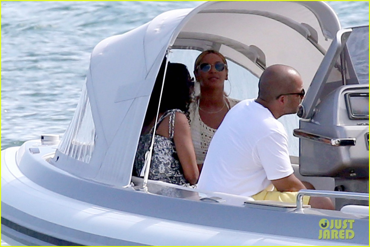 beyonce jay z hold hands boat italy 04