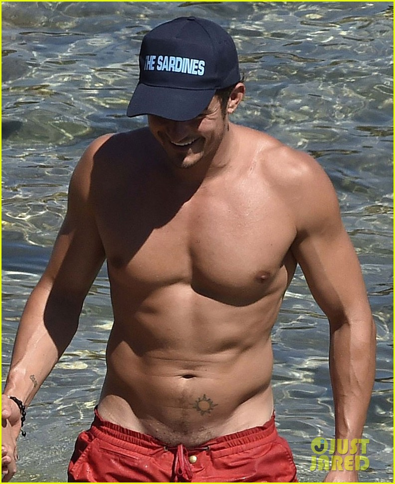 orlando bloom bares butt flaunts pda with katy perry new beach photos 153728183