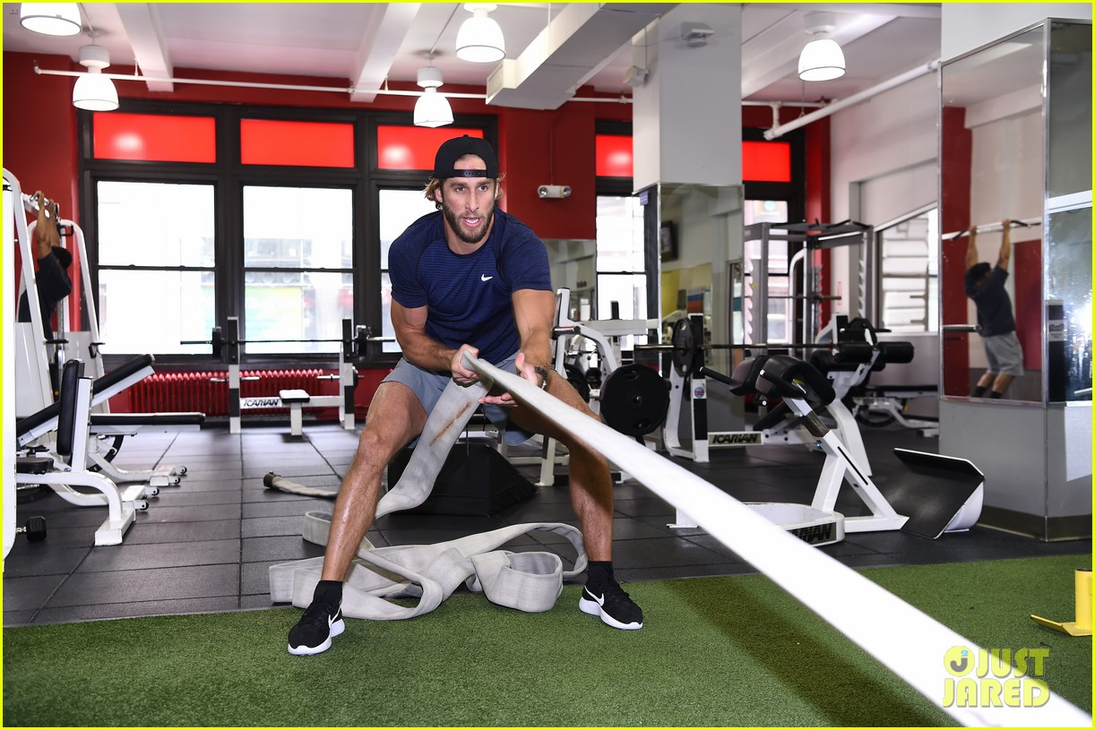 shawn booth works out with nyc first responders 023731850