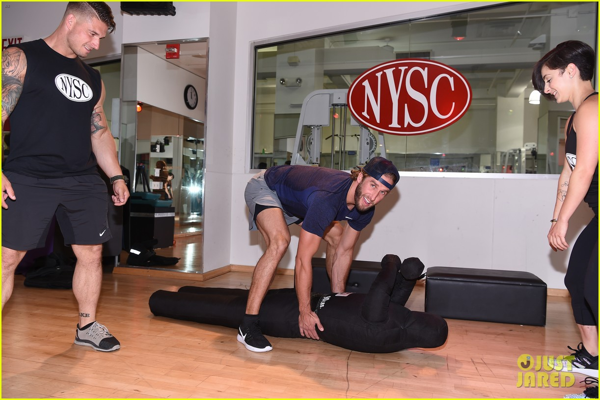 shawn booth works out with nyc first responders 073731855