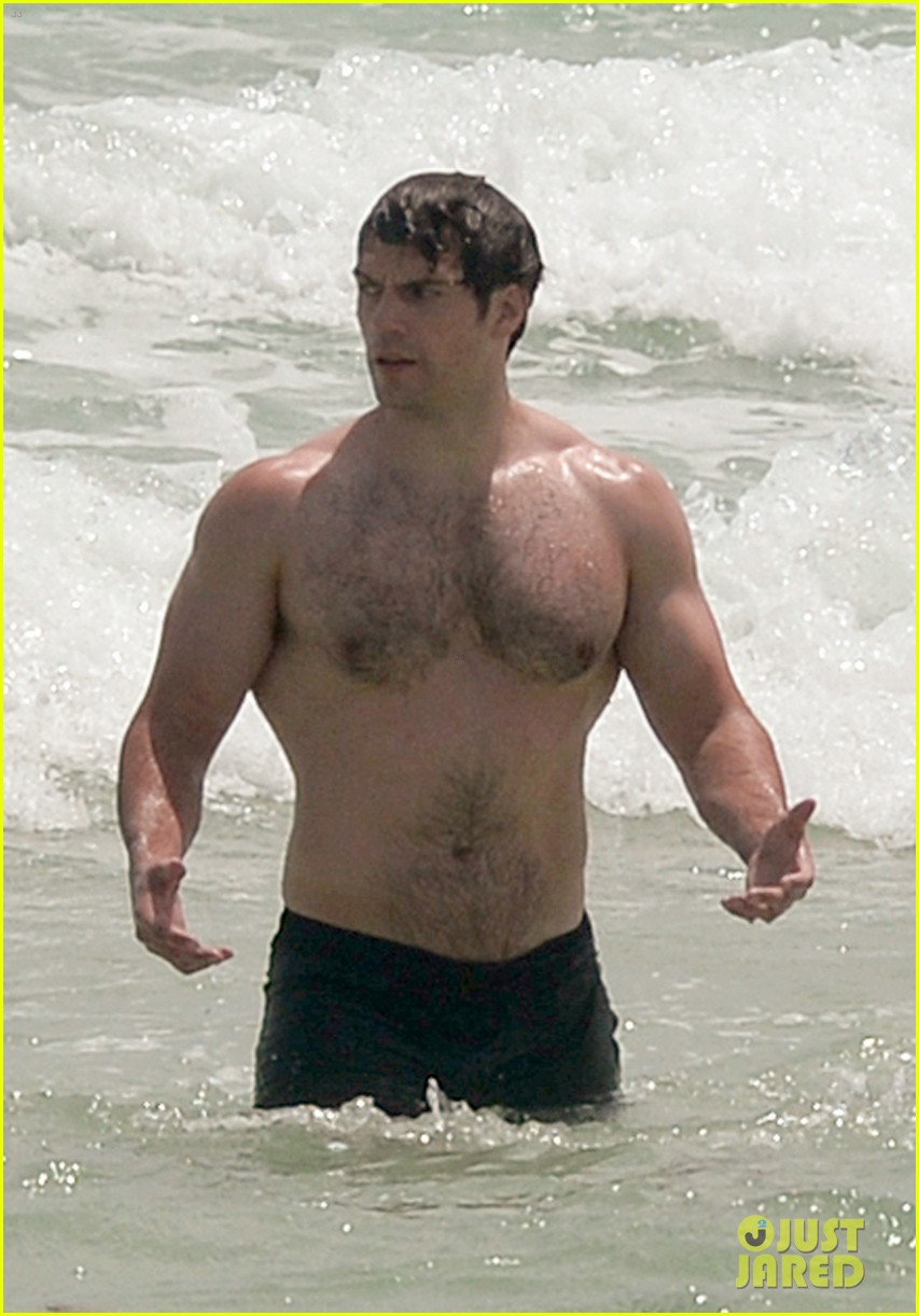Henry Cavill Bares His Buff Superman Body at the Beach ...