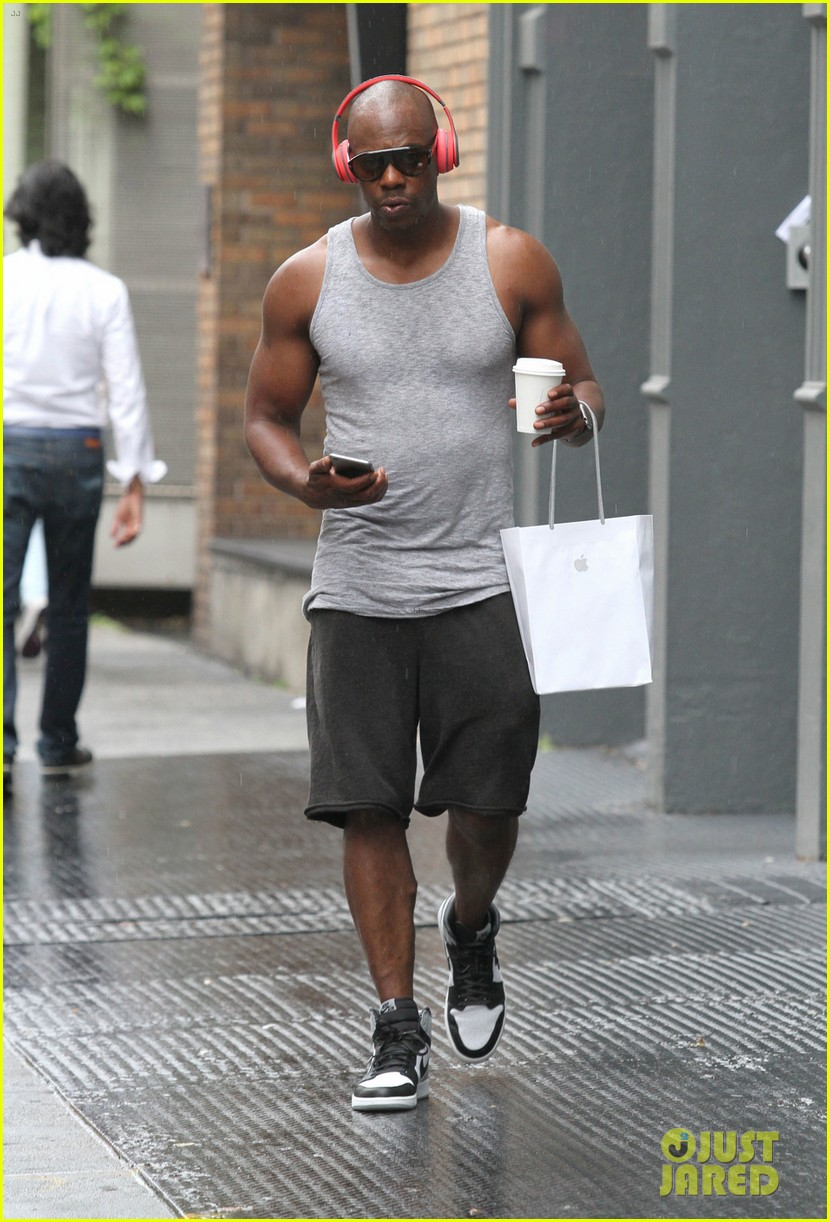 dave chappelle goes for a rainy walk after shopping in soho photo 3723254 dave chappelle pictures just jared just jared