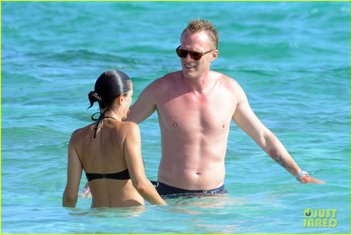 jennifer connelly paul bettany bare beach bodies in spain 023737307